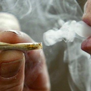 Țigara buclucașă: Trei tineri prinși cu droguri, după ce cineva i-a turnat că fumau marijuana, în amiaza mare, în Parcul Municipal