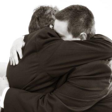 AVERTISMENT! Aveți grijă pe cine îmbrățișați! Riscați să fiți furați!