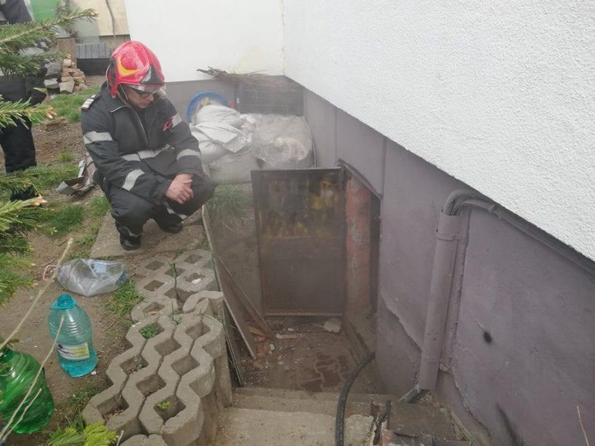 FOTO/VIDEO – Panică pe strada Pescarilor! O scară de bloc a fost inundată cu fum, iar un bărbat a ajuns la spital