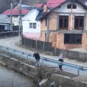 "FOTO/VIDEO – ""Bună-creștere"" la Rodna: au măturat mizeria direct în Someș"