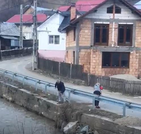 """FOTO/VIDEO – """"Bună-creștere"""" la Rodna: au măturat mizeria direct în Someș"""