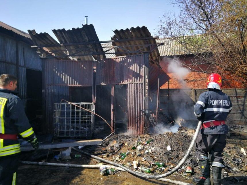 FOTO: Incendiu la o hală, în Unirea