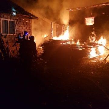 FOTO Spermezeu: S-au luptat să țină flăcările departe de casa de locuit!