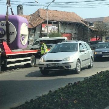 Mașini parcate aiurea?!? Utilajul Primăriei ridică orice altceva…