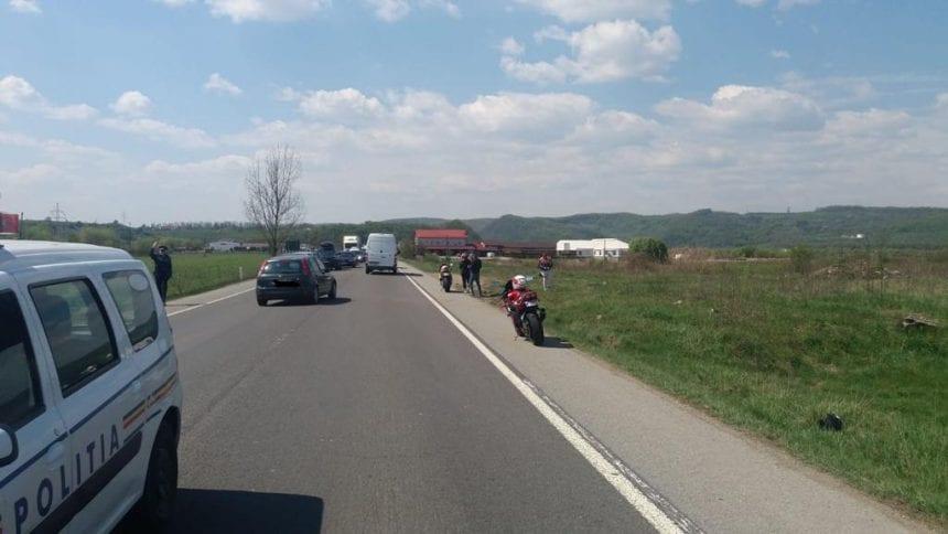 FOTO – Un căruțaș băut bine a băgat un motociclist în spital. Un polițist aflat în timpul liber i-a acordat primul ajutor