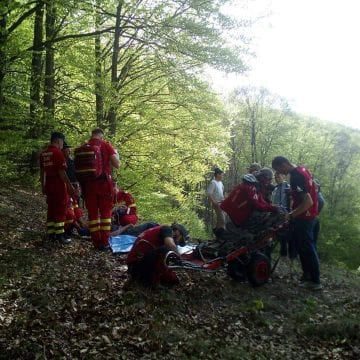 Un bărbat s-a tăiat cu drujba în timp ce se afla în pădure
