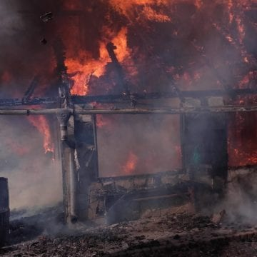 FOTO/VIDEO – Incendiu violent la o cabană din Săsarm! Un bărbat este în stare gravă