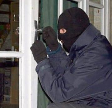 SURSE: Casa unui comerciant de bijuterii ar fi fost spartă. Hoții ar fi aflat că proprietarul e în vacanță de pe… Facebook
