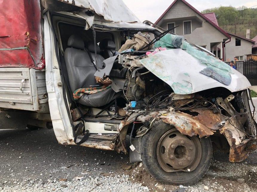 FOTO – Un șofer băut din Telciu a băgat în spital o femeie, după ce a lovit o mașină și un copac. Ce s-a întâmplat: