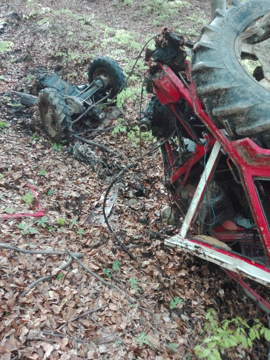 Un bărbat din Șanț a murit după ce s-a răsturnat cu tractorul pe un drum forestier