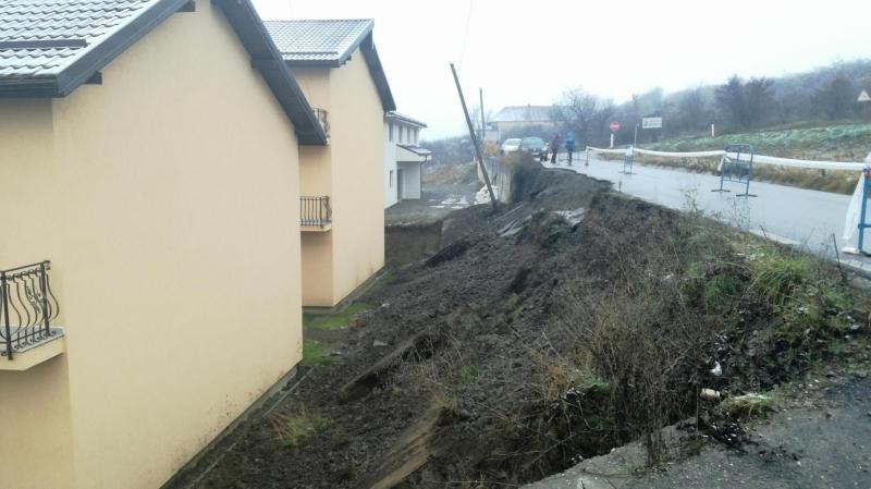 """Cum face Primăria Bistrița pe """"bunul samaritean"""" și repară drumul comunal de jumătate de milion de euro pe banii săi"""