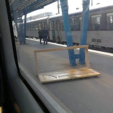 Cum a ajuns o ușă motiv de întârziere pentru un tren care leagă două județe: