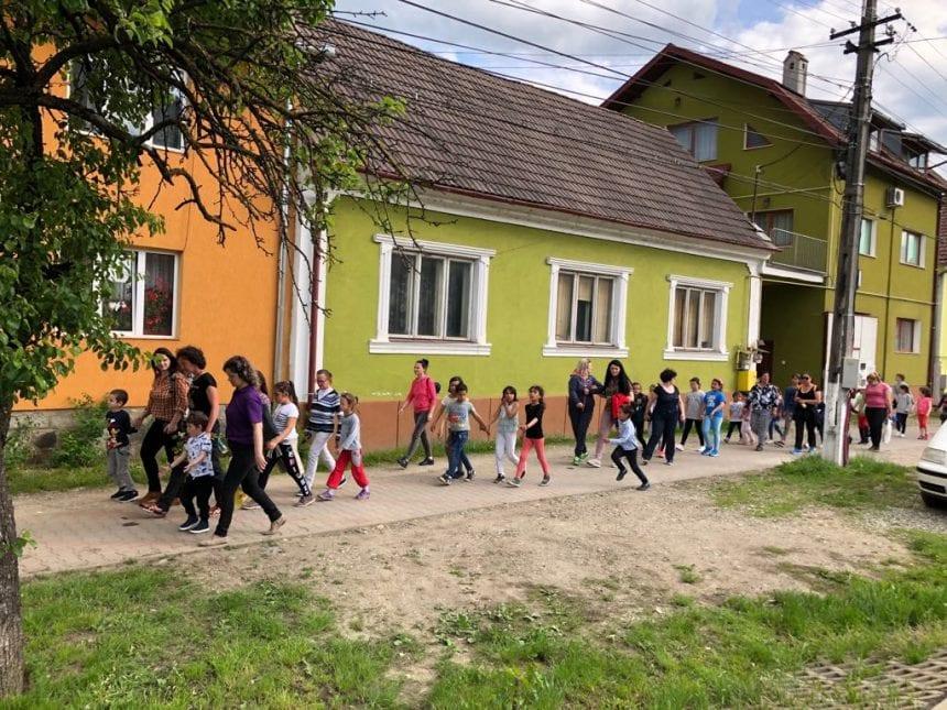 FOTO/VIDEO – Și copiii înțeleg importanța educației: Elevii școlii din Viișoara au alergat alături de Raluca Ciulei