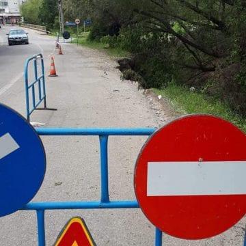 FOTO: Se surpă drumul spre Jelna!