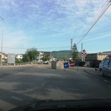 FOTO: Trecerea la nivel cu calea ferată, de pe Drumul Dumitrei Vechi, rămâne închisă