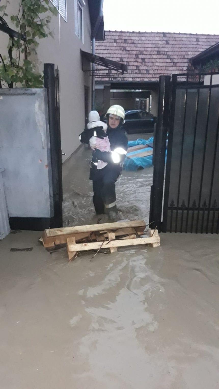 O bunică, o mamă și un copil, salvați din case, de pompieri