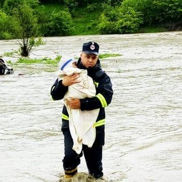 FOTO: Zeci de persoane evacuate și peste 100 de apeluri la 112 în ultimele 24 de ore!