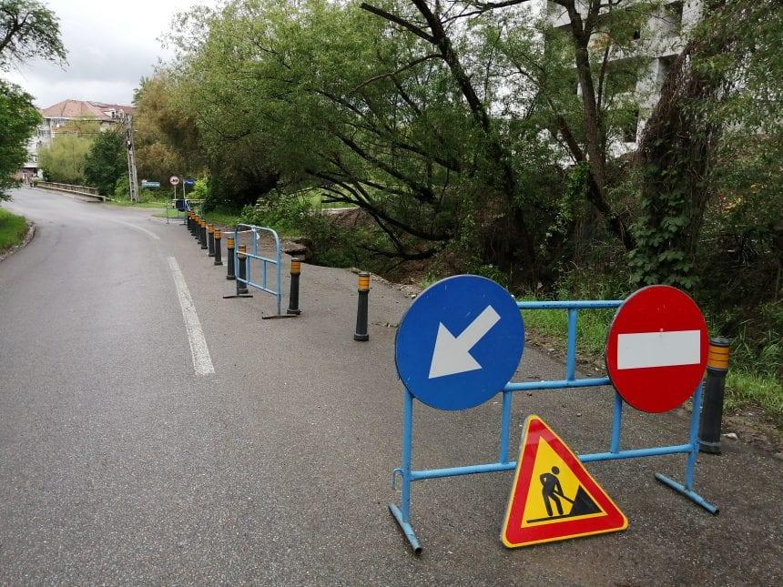 """FOTO: Drumul spre Jelna se surpă văzând cu ochii. Reparațiile """"stau"""" în fondurile de la Guvern"""
