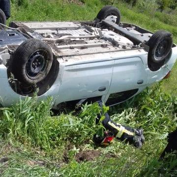 FOTO: Trei mașini implicate într-un accident! Una a ajuns pe câmp, cu roțile-n sus!