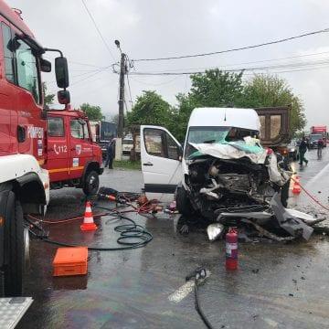 FOTO/VIDEO – Accident grav de circulație la Beclean! Două persoane au rămas încarcerate
