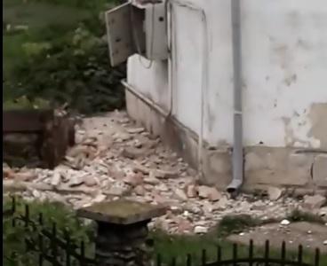 VIDEO: Sub greutatea apei de ploaie, o parte din zidul castelului din Beclean s-a prăbușit!