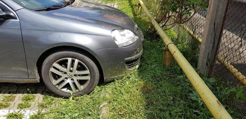 """FOTO: I-au zgâriat îngrozitor mașina, cu motocoasa! """"După voi, potopul!"""""""