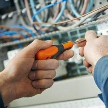 Se caută un electrician priceput la întreținere!