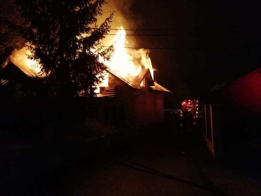 FOTO/VIDEO – Un motel din Crainimăt a fost cuprins de flăcări