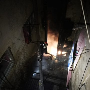 FOTO – O casă din centrul istoric a fost cuprinsă de flăcări noaptea trecută
