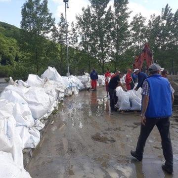 FOTO – PERICOL: Firmele private din Bistrița s-au mobilizat să protejeze bazinul cu pentan al Teraplast