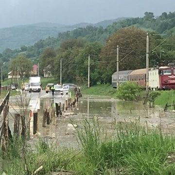 FOTO/VIDEO – Un drum național este inundat și două trenuri au întârziere în urma ploilor