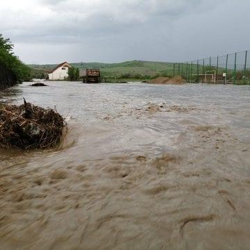 EFECTELE codului portocaliu de inundații: Zid de protecție fisurat, gospodării inundate