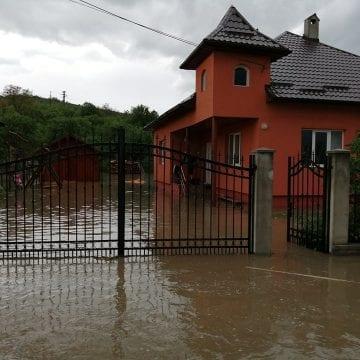 CODUL PORTOCALIU și CODUL ROȘU de vreme rea au lăsat în urma lor mai multe gospodării inundate!