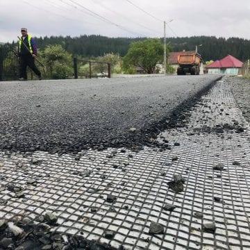 VIDEO – Tărăgănarea costă! O firmă a rămas fără un contract de 8 mil. euro după ce s-a chinuit să modernizeze un drum cu viteza melcului