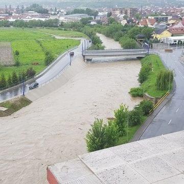 VIDEO: Râul Bistrița amenință să iasă din matcă