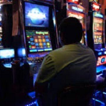 Maramureșean arestat, după ce a amenințat cu cuțitul angajata unei săli de jocuri și a furat o sumă de bani