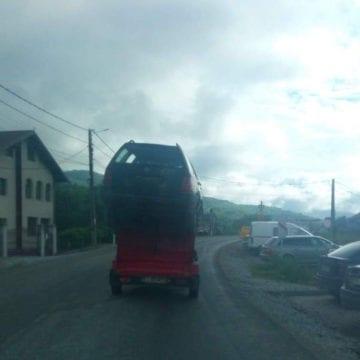 FOTO/VIDEO: Au pornit la drum cu mașina cocoțată-n vârful unei remorci