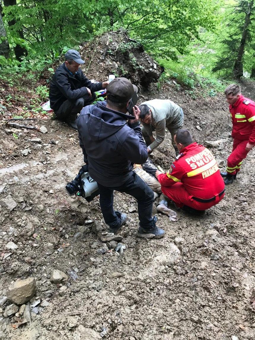 FOTO – Tânăr de 19 ani lovit de un copac în pădurile din Valea Mare. A fost solicitat elicopterul SMURD