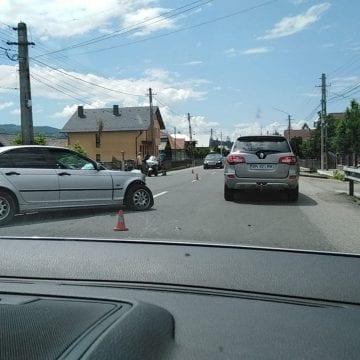 FOTO/VIDEO – Tiha Bârgăului: O fetiță de doi anișori, rănită într-un accident cu cinci mașini