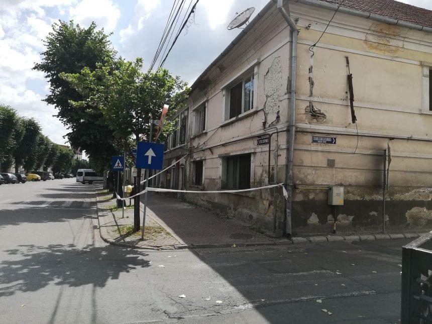 FOTO: A-nceput din nou să cadă… câte-o cărămidă-n stradă!