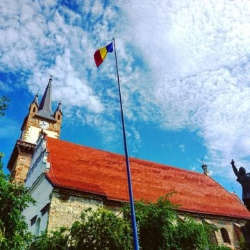 INEDIT! 24 de drapele istorice, purtate de tineri îmbrăcați în port popular, la Bistrița