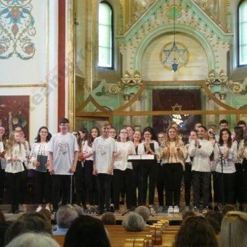 FOTO/VIDEO. Adoratio. Ei sunt copiii care ştiu să cânte dumnezeieşte…