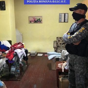 Percheziții în desfășurare: Timp de patru ani ar fi introdus ilegal arme letale, în țară