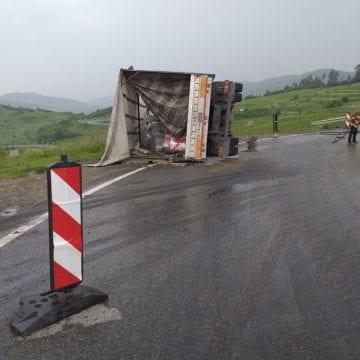 FOTO: Se putea termina tragic, dacă se răsturna la doar câțiva metri distanță!