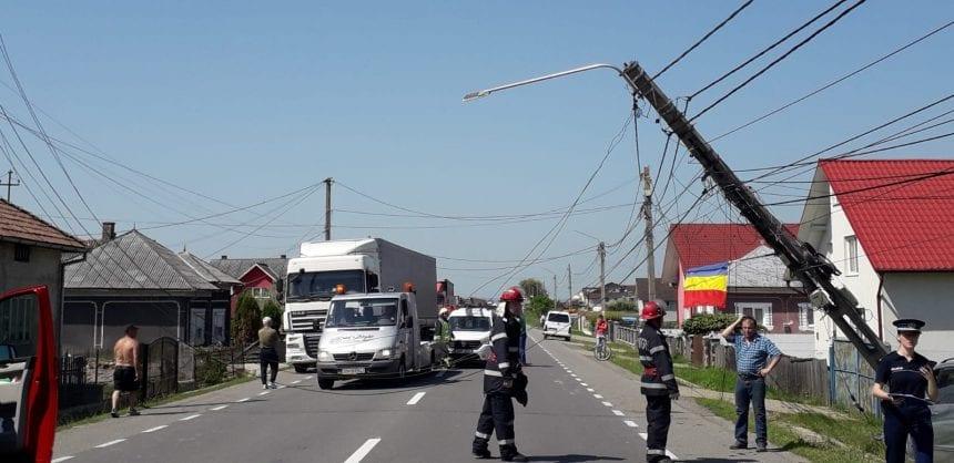 FOTO – JOSENII BÂRGĂULUI: A ieșit de pe carosabil și a rupt un stâlp de electricitate!