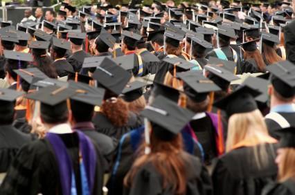 Proaspeții absolvenți pot primi cadou 1.500 de lei! AFLĂ cum:
