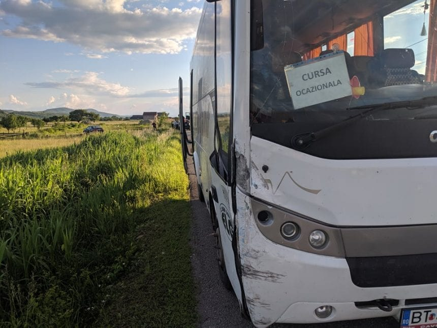 Autocar cu 25 de copii, implicat într-un accident pe Valea Bârgăului