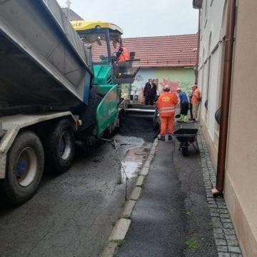 FOTO/VIDEO: Știți cum merge asfaltarea pe ploaie la Bistrița?! Duduie, nu alta…
