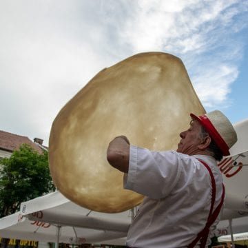 FOTO/VIDEO: Un italian, campion mondial la pizza, face spectacol pe Pietonal!