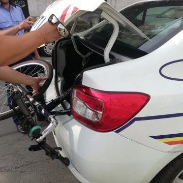 FOTO: Transport bicicletă la domiciliu, cu mașina poliției